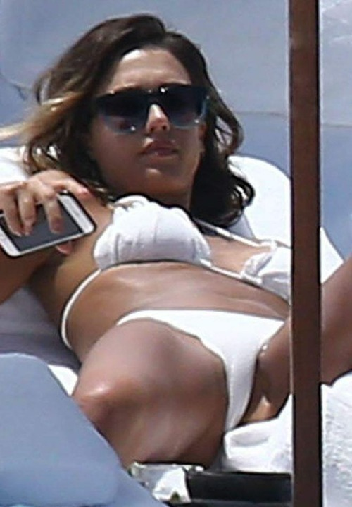 Jessica_Alba_-_White_Bikini_-_Cancun__Mexico_August_15-2015_031z