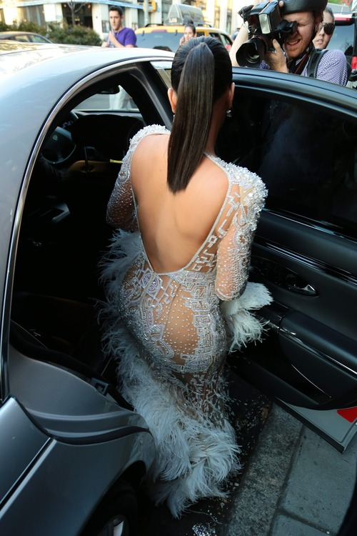 Kim_Kardashian_heads_to_the_2015_Met_Gala_May_4-2015_014