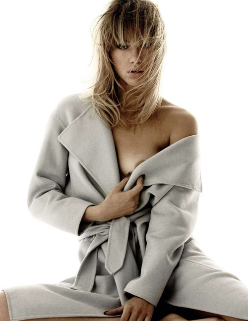 Suki Waterhouse Topless - Vogue Espana (2)