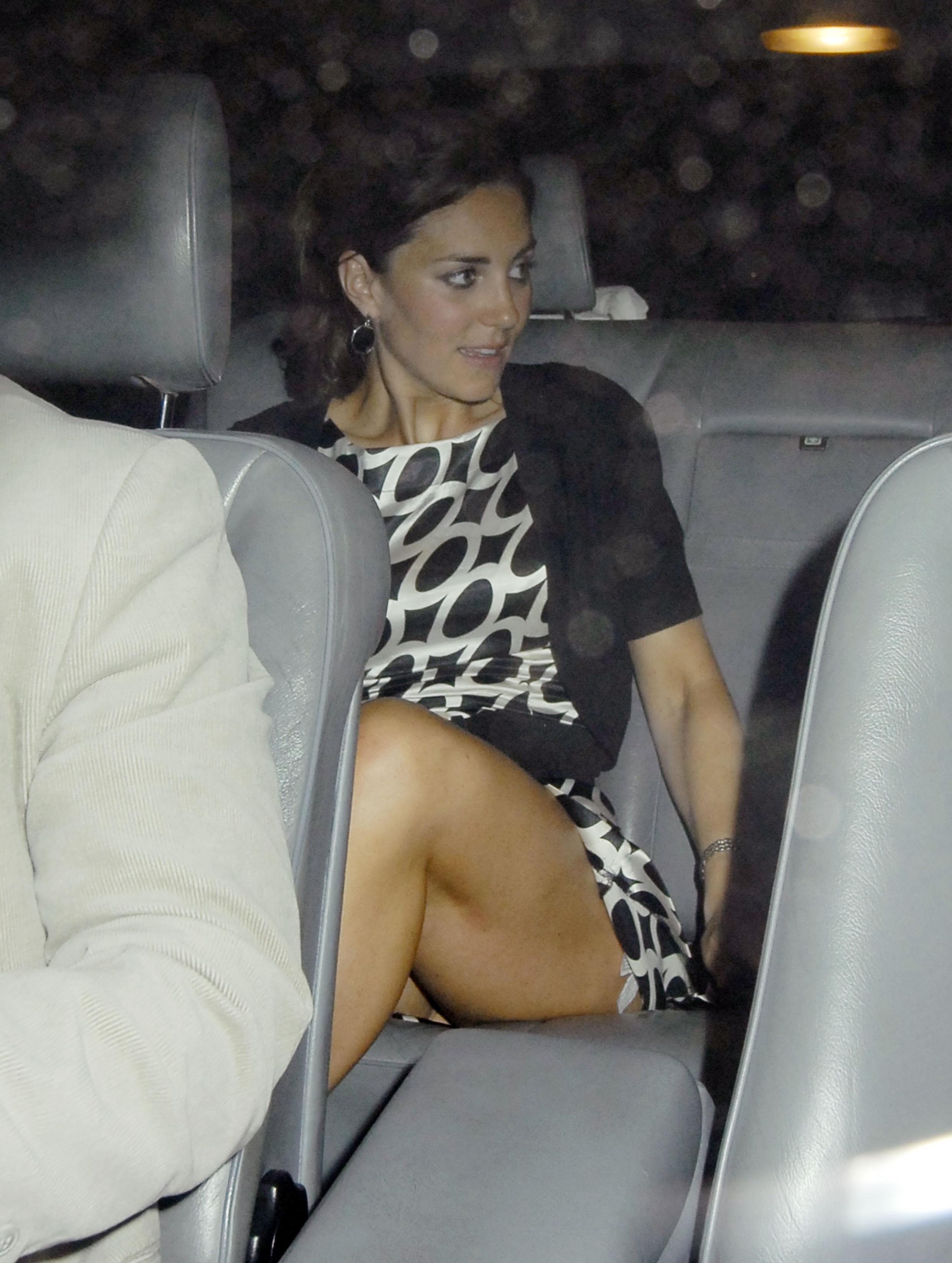 Жена в короткой юбке