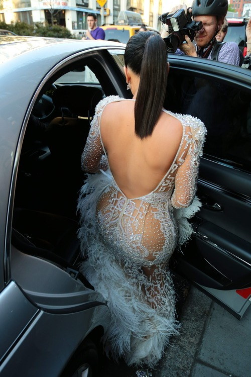 Kim_Kardashian_heads_to_the_2015_Met_Gala_May_4-2015_012z1