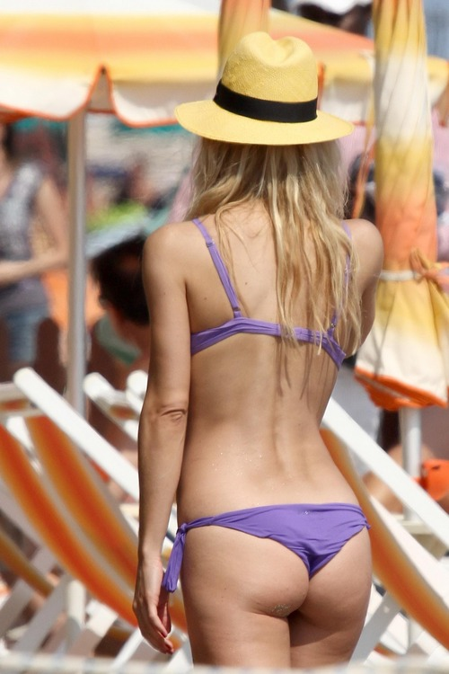 MichelleHunziker_Bikinicandids_VarigottiItaly (11)