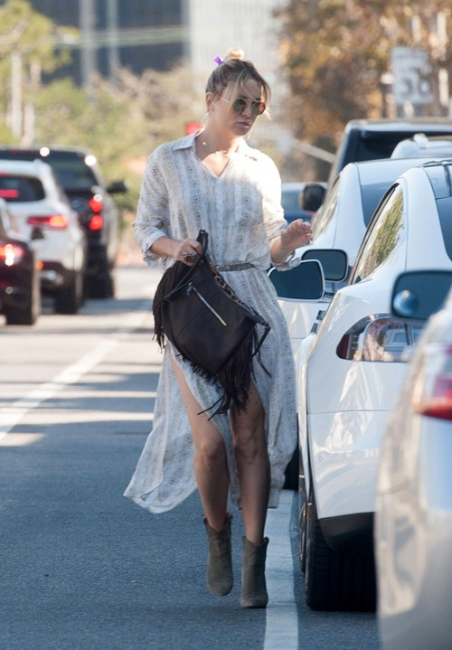 kate-hudson-out-for-lunch-in-downtown (10)