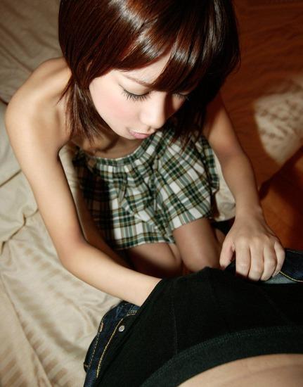 モゾモゾと男のパンツを脱がそうとしてるカワイイ女の子の画像ください