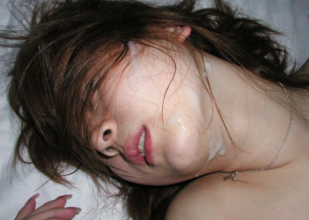 激しいセックスの後、顔射された乱れた女