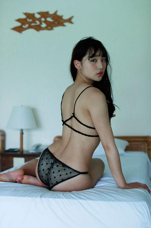 18歳になった浅川梨奈の最新グラビアの色気が半端ない件 表紙