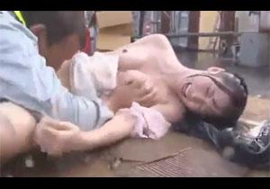 悲鳴をあげて抵抗する人妻を大雨の日にレイプする野外強姦!