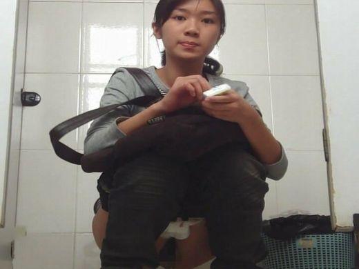 【ガチ盗撮】トイレ盗撮された女「ジョロジョロ~、あっ…」ってなった瞬間がこちらwwww