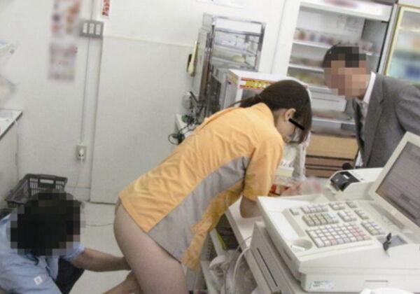 レジに立ってるバイト女子にイタズラするの楽しすぎワロタwwww(画像あり)
