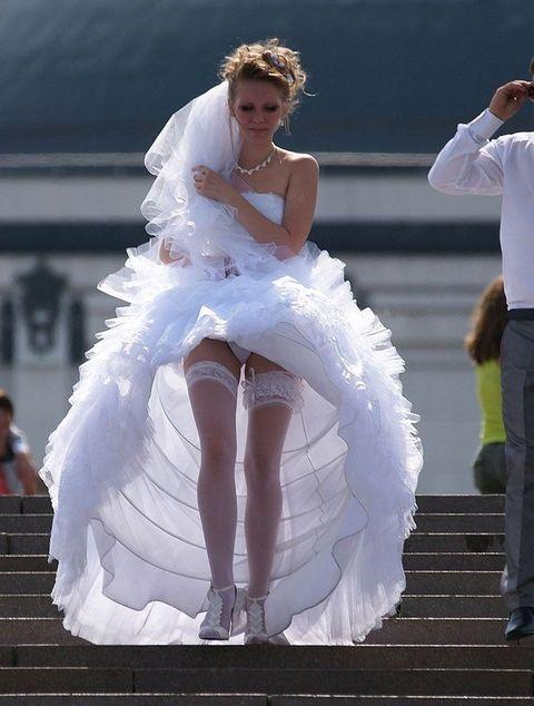 結婚式でウエディングドレス姿の花嫁さんがパンチラ晒し、一生の記念に華を添える
