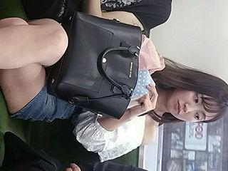 電車の中でスマホ見てるフリして女性を「隠し撮り」してるヤシ!→胸チラや太ももの画像まとめ。