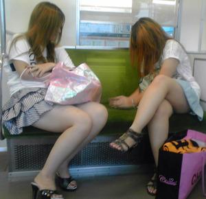 素人お姉さんの電車内でのムチムチ太もも画像ください
