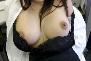 乳首が固く尖っている写真0018