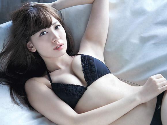【画像】小嶋陽菜の綺麗な柔らかおっぱいが抜ける!【30枚】