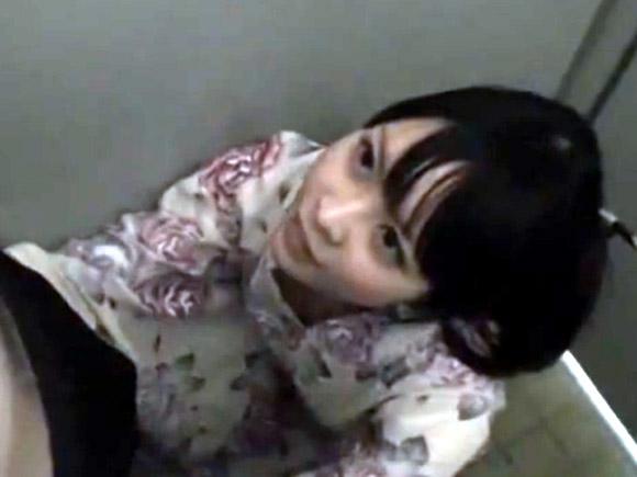 【動画】浴衣姿の黒髪美少女をナンパ→トイレでセックスwwwww xvideos
