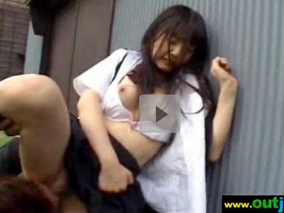 【動画】セーラー服姿のJKを野外レイプ!!嫌がってるのに手マンで喘ぎまくりwww xvideos