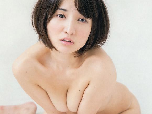 尾崎ナナの乳首が見えそうな画像