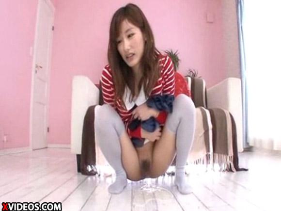 【動画】ロリ顔美少女-絵色千佳がニーソ+M字開脚で放尿晒しwww xvideos