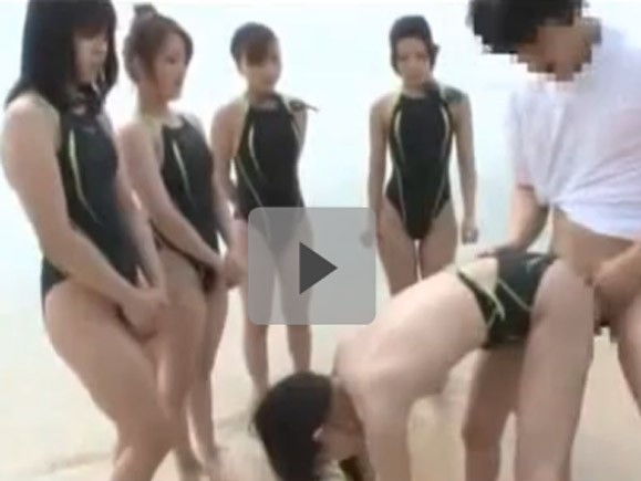 【動画】競泳水着姿の貧乳美少女!!皆が見てる前で野外セックスwww xvideos