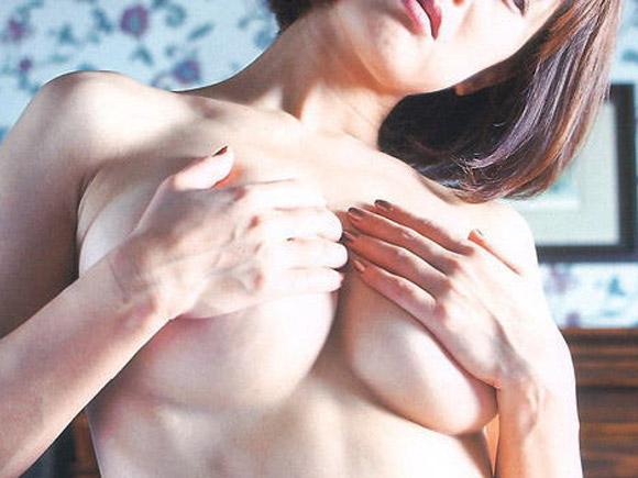 【画像】(;゚∀゚)=3全力でパイズリ希望!!な手ブラ画像【31枚】