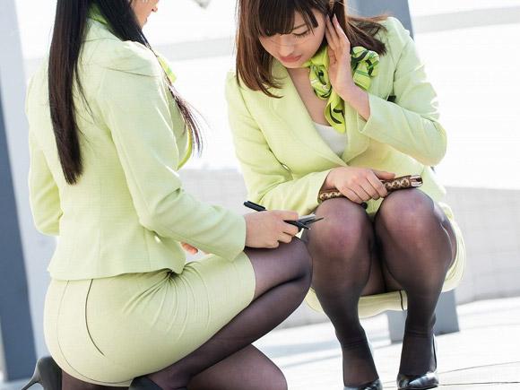 秘書風の超美女二人がしゃがんでパンツ見えそう