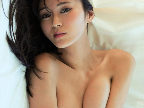 東野佑美がグラビアで大きな胸を魅せる