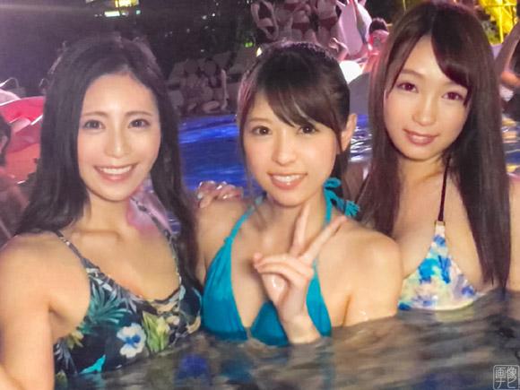 ナイトプールで遊んでる美女3人を同時にヤる