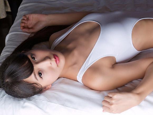 2016年、スレンダー系お姉さんとして名を上げた川崎あやの少し過激なグラビア画像