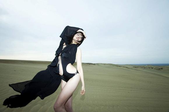 黒い水着がセクシーな森下千里