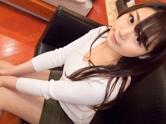 20歳にして全身手入れが行き届いた美女。四つんばいで白いおしりを突き出す姿が可愛らしい素人娘