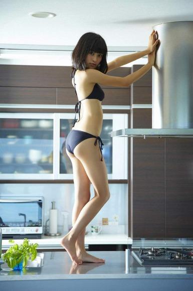 小島瑠璃子の黒ビキニ画像012