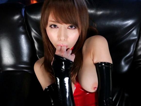 吉沢明歩がボンデージ姿で自分の指を口に突っ込んで挑発するエロ画像