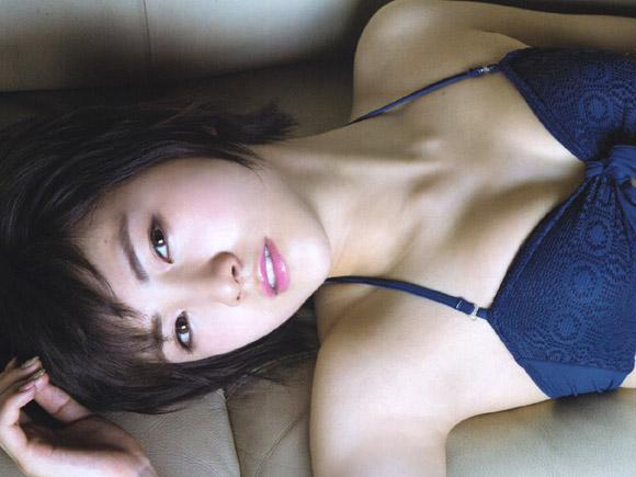 水着姿でソファーに寝ころぶ岡田奈々