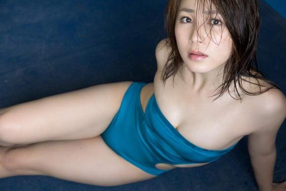 吉川友のワンピース水着画像022