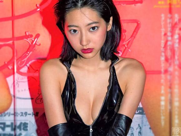 20歳を迎えてグラビアでもセクシーな下着が増えてきた武田玲奈。SMの女王様を思わせる過激なボンデージ姿が話題です