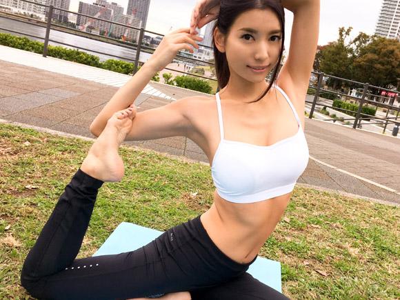 豊洲の公園でヨガ中の25歳会社員。胸もお尻もサイズ的に大きいのにハリがあって全く垂れてない!