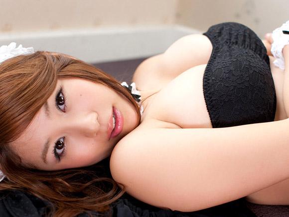 横になっても胸が張ってる西田麻衣