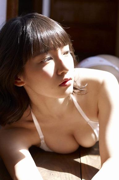 吉岡里帆 原っぱグラビア画像004