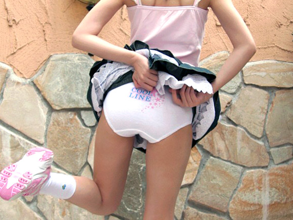 ロリっ子のスカートたくし上げからのパンツ見せ画像
