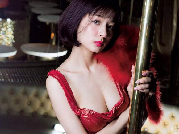 キャバ嬢のドレスで美乳がのぞく岡田紗佳