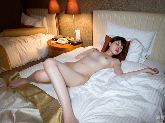 お腹に射精されベッドに横たわる色白美女