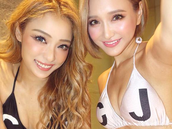 エース級美女RiRiとKanaがビキニでツーショット
