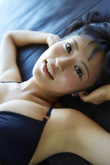 小島瑠璃子の黒ビキニ画像004