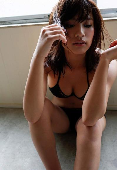 久松郁実の黒水着画像009