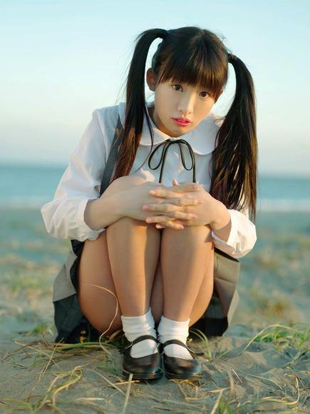 椎名ひかりの制服グラビア画像003
