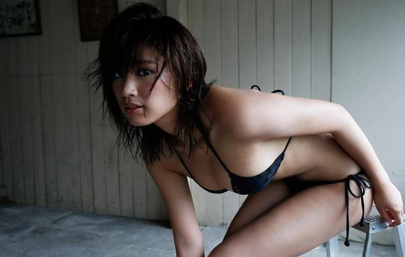 久松郁実の黒水着画像007