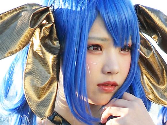 日本で一番人気の有るコスプレイヤーえなこさん。寒い中、大勢の期待通り露出度の高いコスプレで登場してくれました