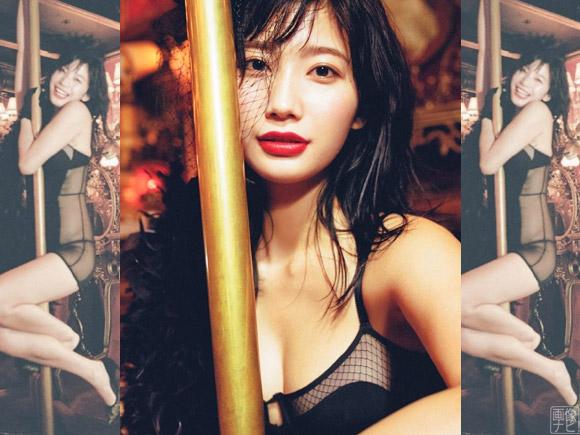 怪しい雰囲気のキャバレーでセクシーな表情を見せる小倉優香