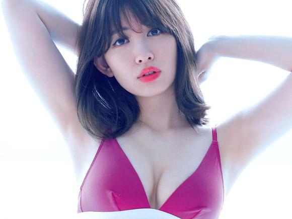 赤の濃い口紅で完全にセクシーモードなこじはること小嶋陽菜