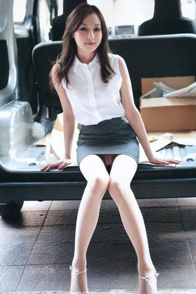 ミニスカート姿の池田夏希さん